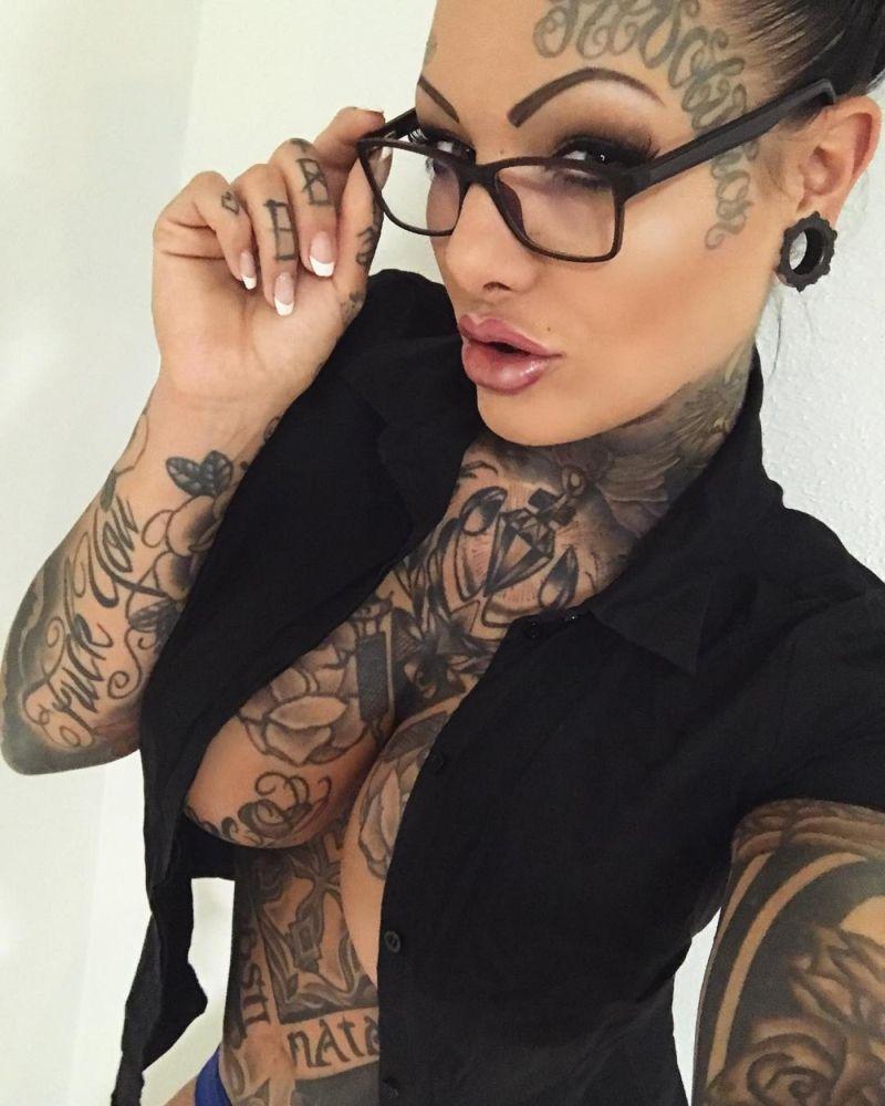 Забитая чернилами немка с трудом находит место для новой татуировки