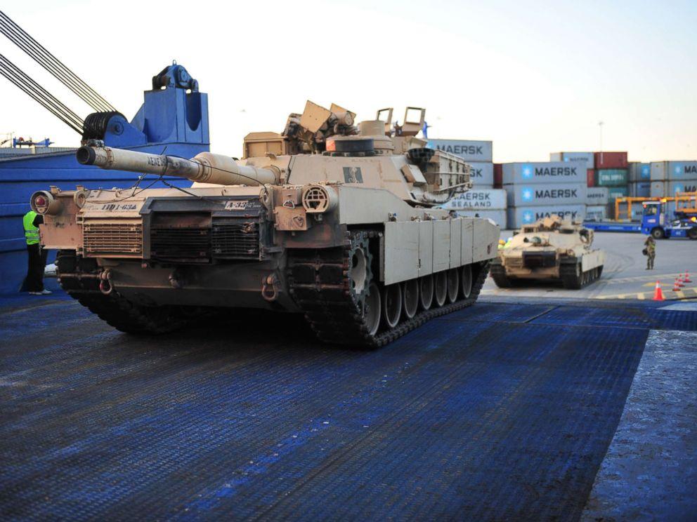 Танки армии США прибывают в Польшу, когда Россия начинает военные учения