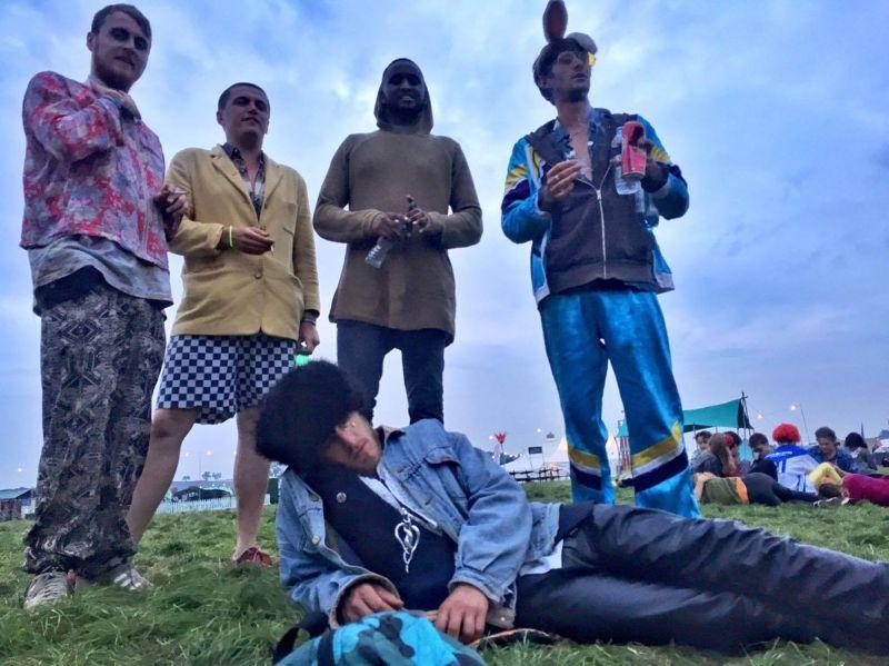 Чувака угораздило вырубиться на музыкальном фестивале Shambala Festival 2017 во время скручивания самокрутки