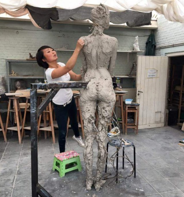 Реалистичная скульптура девушки (4 фото)