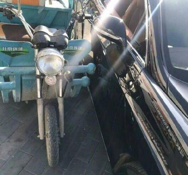 Уличный торговец из Китая протаранил на мопеде дорогой Bentley
