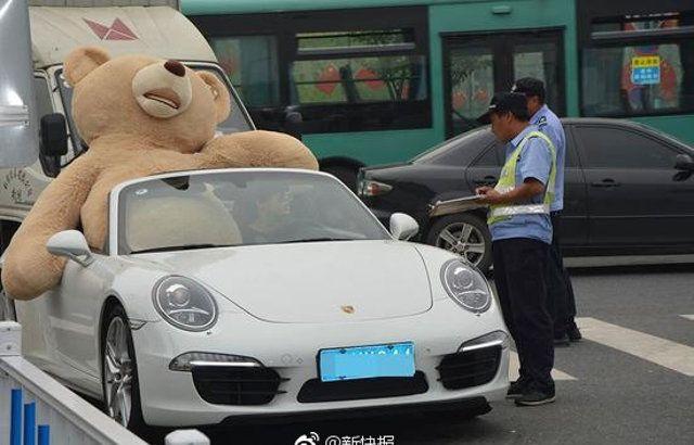 Китайский мажор на Porsche решил подарить девушке плюшевого мишку