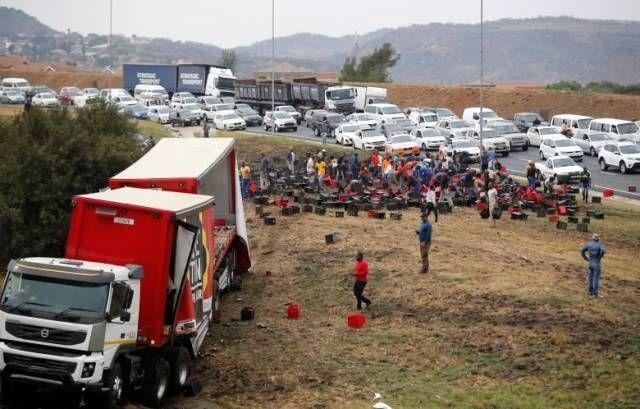 В ЮАР сейчас проходит праздник у местных жителей, не далеко от места ДТП где перевернулся грузовик