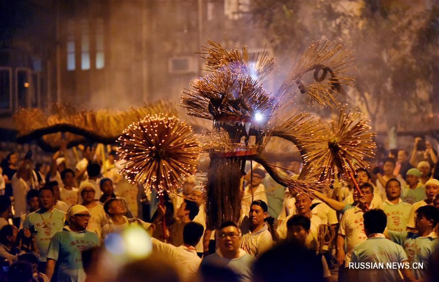 Танец огненного дракона в честь Праздника середины осени