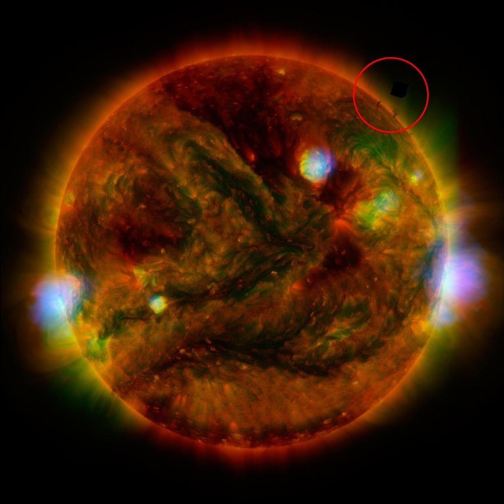 Уфологи разглядели на Солнце странный куб
