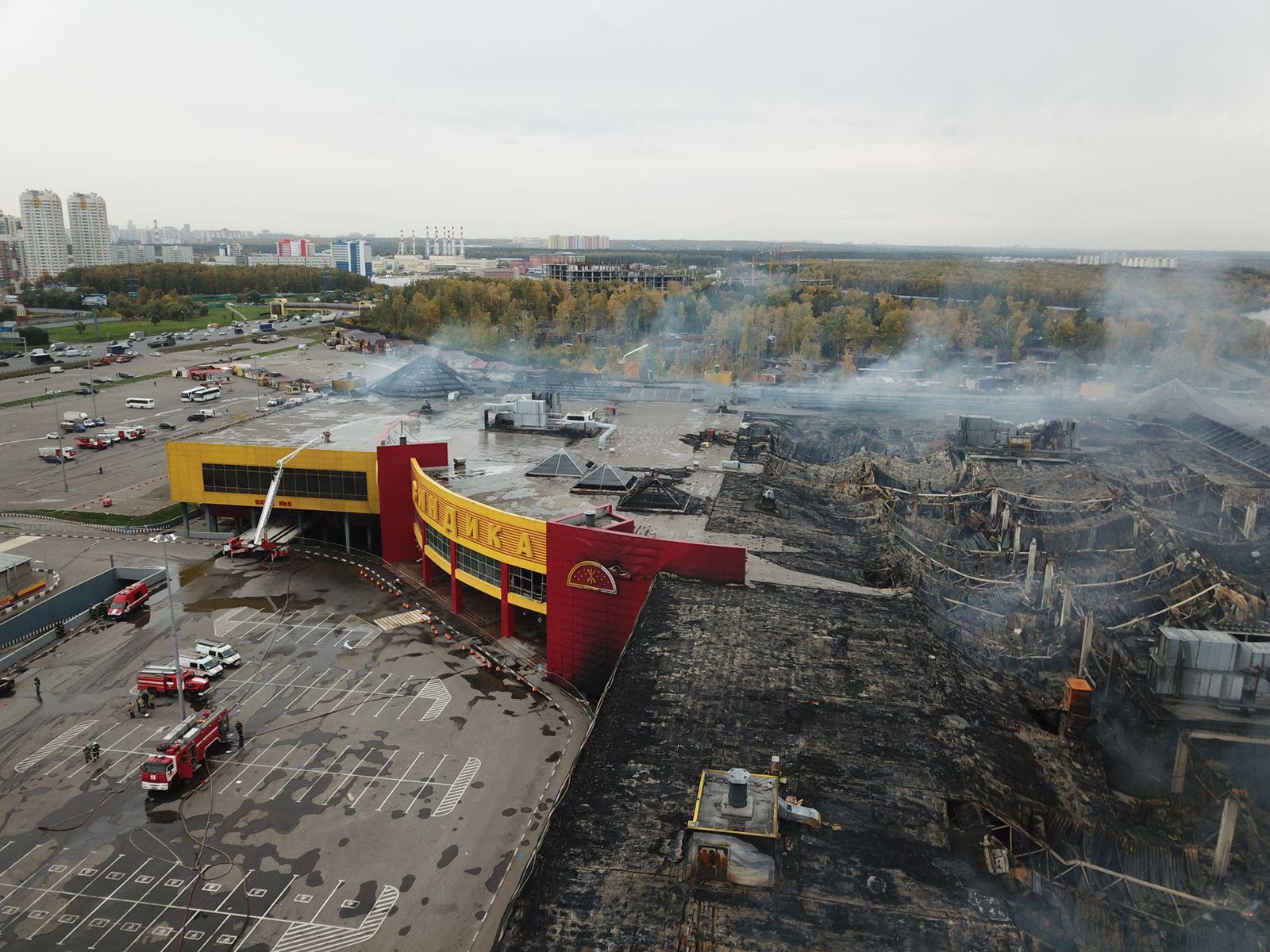 """Фотографии после пожара на МКАД где сгорел рынок """"Синдика"""""""
