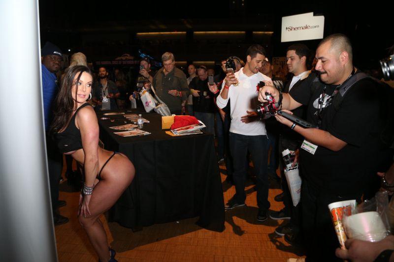 Девушки из порно-индустрии на мировой выставке в Лас-Вегасе
