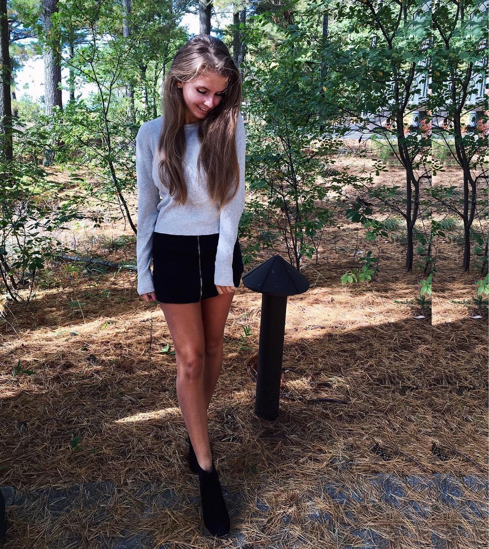 Девушки в коротких юбках (97 фото)