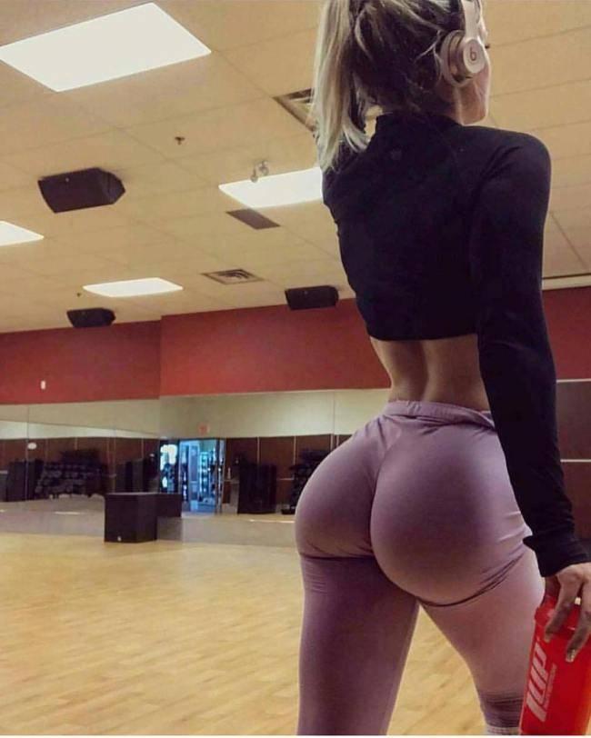 Сексуальные ДЕВУШКИ показывают ПОПЫ в Йога-брюках #5 (11 фото)