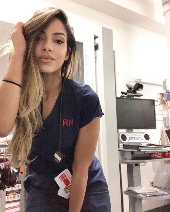 Симпатичная Медсестра выкладывает свои фото в сеть