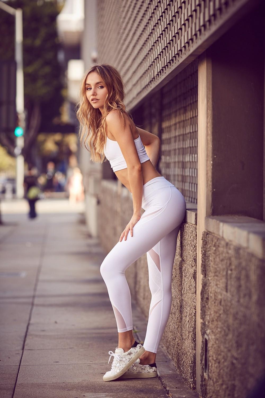 Сексуальные девушки в обтягивающих штанишках