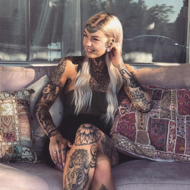 Блондинка в татуировках Blue Eyes White Dragon (Amber Luke)
