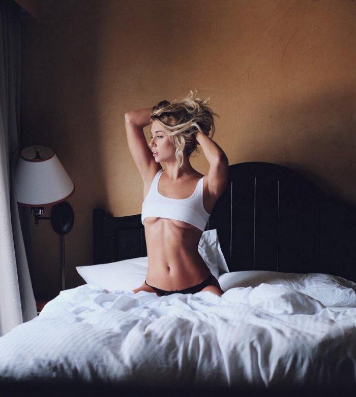 Девушки показывают грудь (21 фото)