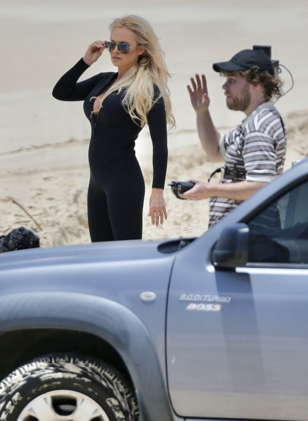 Памела Андерсон вернулась на пляж в облегающем гидрокостюме (30 фото)