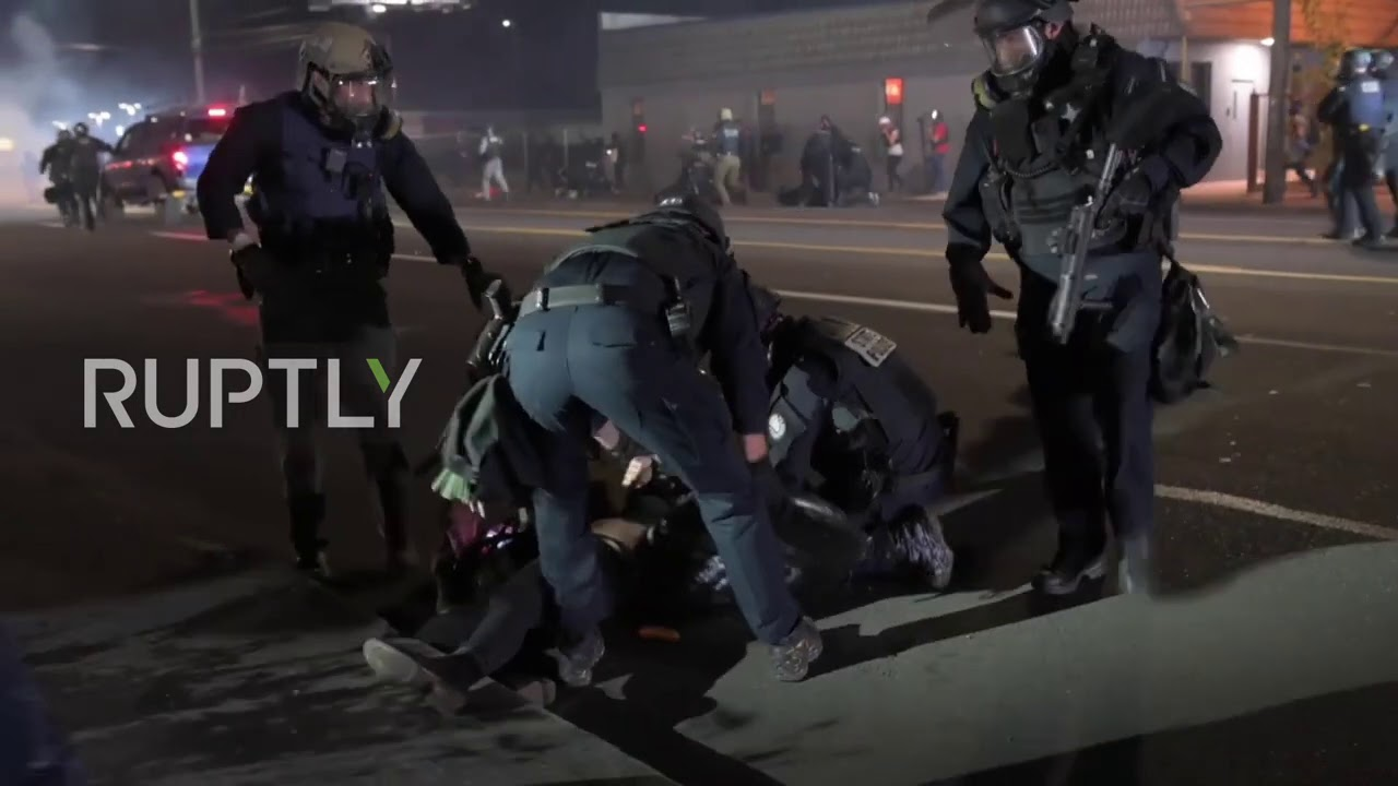 Протесты в США - USA: Police arrest protesters during BLM demonstration in Portland